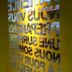 pochoir, lettrage, autocollant, lettres autocollantes, lettres adhésives, décoration de vitrine, impression numérique détourée, impression, print, stickers, signalétique, Massimo Riccio