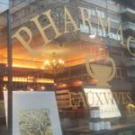 pochoir, lettrage, autocollant, lettres autocollantes, lettres adhésives, décoration de vitrine, impression numérique détourée, impression, print, stickers, signalétique, dorure, pharmacie des Eaux-Vives